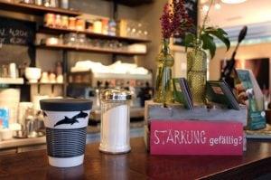 Cafés im Kampf gegen Plastik – Warum Bioplastik keine Alternative ist