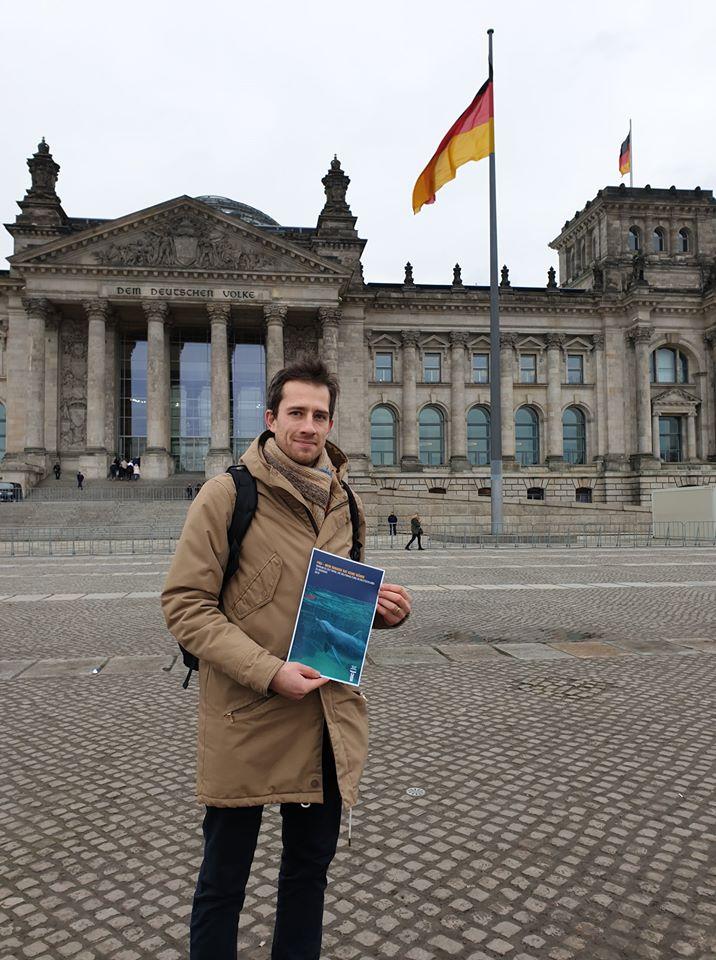 David Pfender mit Delfinarien-Hintergrundbericht vor dem Deutschen Bundestag